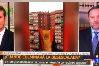 ¡Vean el 'rojigualdo' cabreo de Ábalos con el izado de un banderón de España en el barrio madrileño de El Pilar!