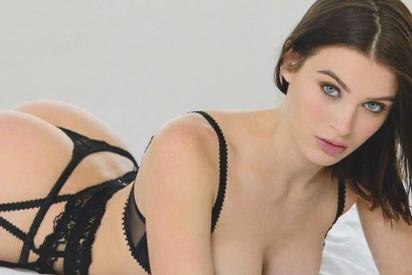 La tentación de Lana Rhoades: posa desnuda y solo con unas botas de serpiente