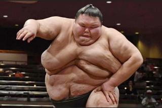 Sumo: el luchador más pesado del mundo ataca al deporte tras la muerte de una joven promesa