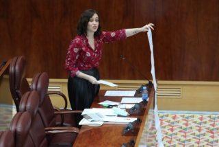 Isabel Díaz Ayuso lanza a la cara de Isa Serra los papeles que muestran la inacción del Gobierno con las residencias de mayores