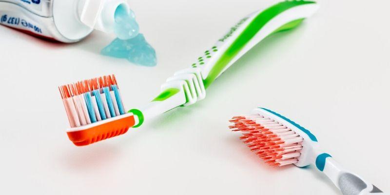 Los errores más frecuentes que cometes al lavarte los dientes (y que no tenías ni idea)