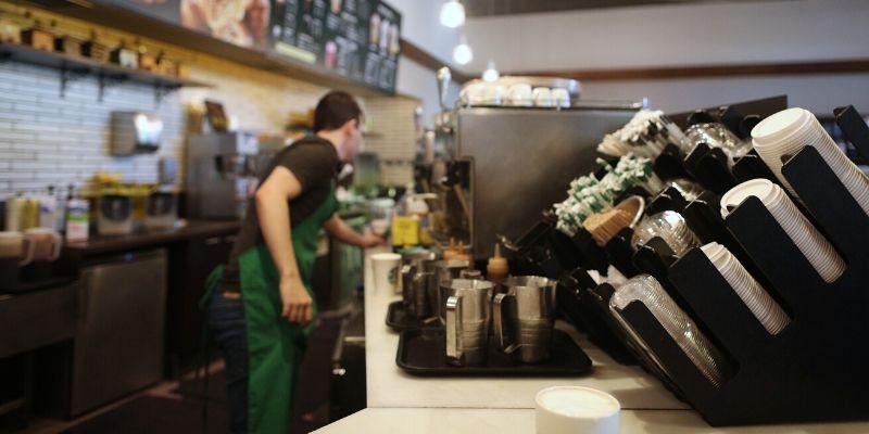 Boicot de anunciantes: Starbucks retira la publicidad de las redes para protestar contra el odio racial