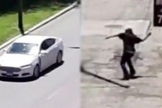 Karma: el tipo tira piedras a los coches y se le cae la del pulpo