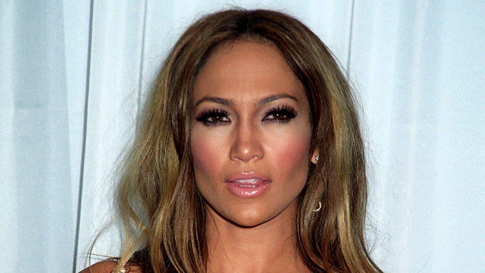 Jennifer Lopez inaugura el verano 2020 con un traje de baño que quita el sentido