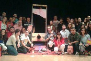 Dirigentes del PSOE decapitaron en la guillotina a Rajoy en 2015 y se hicieron fotos con su 'cabeza'