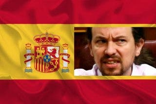 Ciudadanos con banderas burlan el 'cinturón de hierro' en torno al chalet de Pablo Iglesias y atronan al vicepresidente y la ministra con el '¡Viva España!'