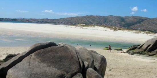 La Policía obliga a 38 estudiantes de Erasmus, que hicieron botellón en Carnota, a limpiar la playa en vez de multarlos