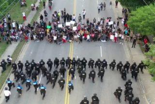 La policía de EEUU deja atónitos a los manifestantes cuando 60 agentes se arrodillan en homenaje a Floyd