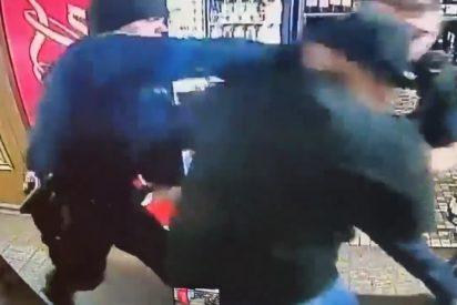 EEUU: La policía golpea al 'brillante' dueño de una tienda que denuncia un robo, pistola en mano
