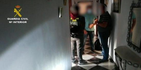 La Guardia Civil libera a un grupo de futbolistas convertidos en 'esclavos sexuales' en Cádiz