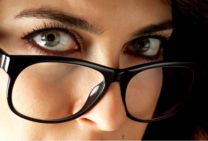 maquillar ojos con gafas