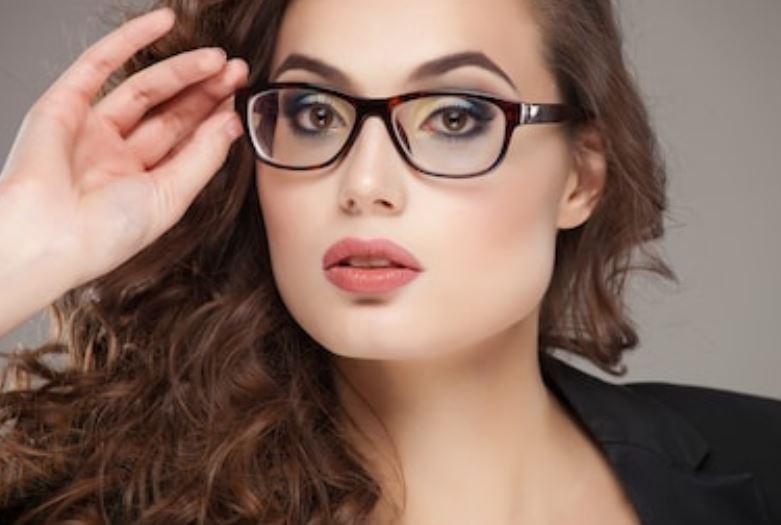maquillar ojos con gafas las cejas