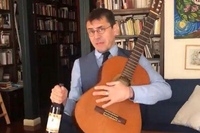 El esperpento guitarra en mano de Monedero para celebrar la 'paguita': un desafinado 'Bella Ciao' y un truco bolivariano