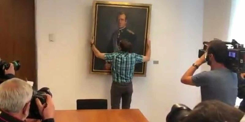 Sánchez y el PSN dan gusto a los proetarras y nacionalistas arrancando el cuadro del Rey emérito del parlamento de Navarra