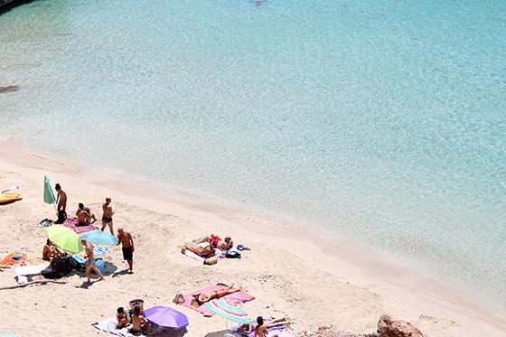 Detienen a un hombre por masturbarse frente a un grupo de menores en la Playa de las Morenas