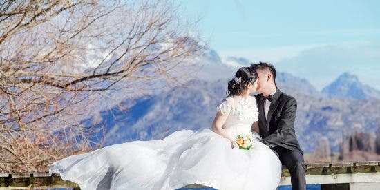 La pareja de recién casados posa al borde del mar, para eternizar la boda y una ola se los lleva al Océano