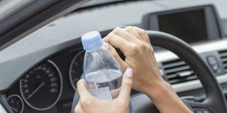 ¿Sabes por qué no deberías llevar botellas de agua en el coche?