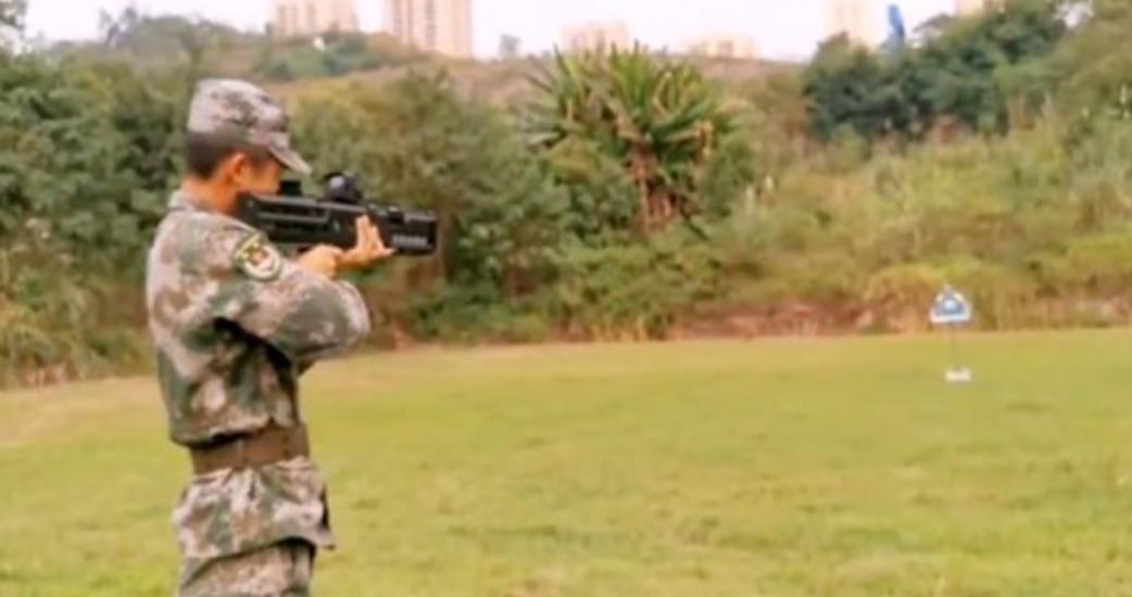 El Ejército chino crea un cañón electromagnético miniatura, que se usa como un fusil y no hace ruido