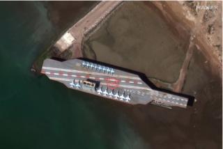 Irán saca a pasear un portaaviones falso al estrecho de Ormuz para 'asustar' a EEUU