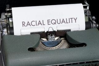 No existen razas pero sí racismo: la ciencia demostró que bajo la piel somos iguales