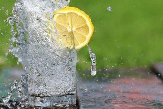 Estos son los múltiples beneficios de beber agua con limón