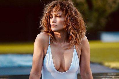 Una coqueta Jennifer López posa con una bata de baño medio abierta y sin maquillaje
