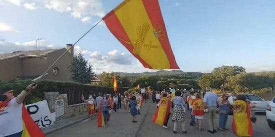 Presos políticos en España: primer detenido por 'molestar' frente al casoplón de Iglesias y Montero
