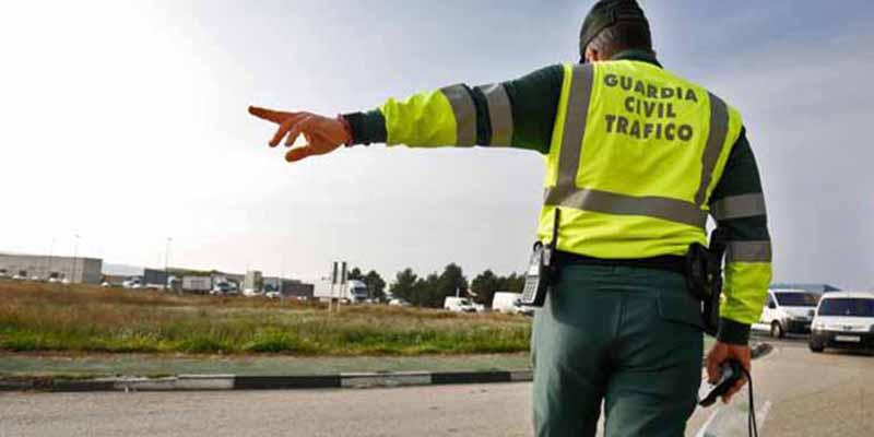 Desde conducir en chanclas hasta salpicar a un viandante: las multas más desconocidas y la friolera que te puede caer