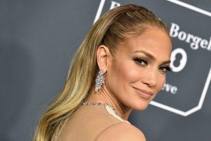 El sensual look navideño de Jennifer Lopez para presumir de piernas en la portada de la revista Elle