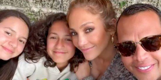 Jennifer Lopez comparte en Instagram una rara foto en solitario de su hija Emme y el parecido es asombroso