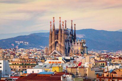 Los catalanes se toman a coña a la Generalitat y salen en masa de Barcelona encabezados por la familia Colau