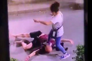 La mujer pega una brutal paliza al hombre: en un minuto le destroza la cara y lo manda al hospital