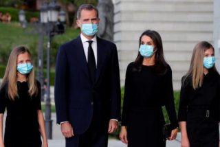La emocionante entrada del Rey en el funeral de la Almudena con el himno de España y gritos de 'Gobierno asesino' y 'justicia para los muertos' a la salida