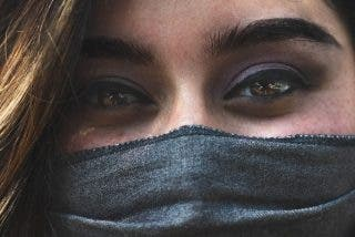¿Cómo sé si mi mascarilla casera es efectiva?: un investigador comparte la manera más simple de comprobarlo