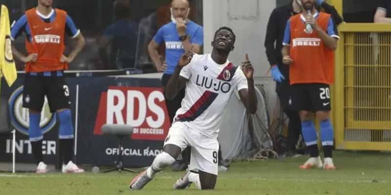 Abandonado por sus padres, escapó de África en patera y hoy anota goles en la Serie A: la historia del futbolista que emociona a Italia