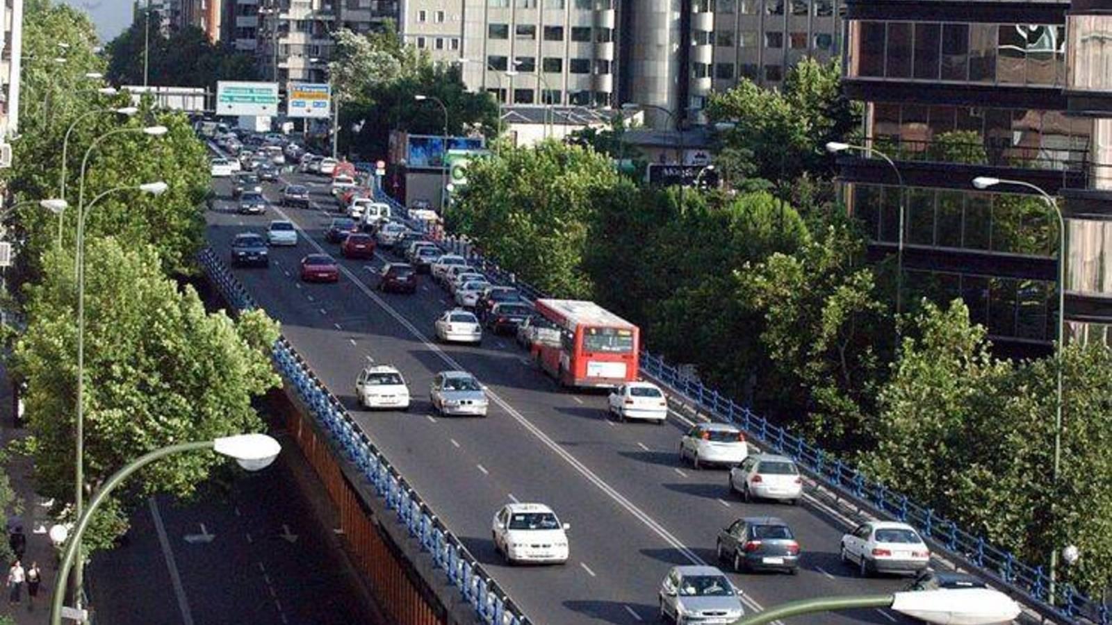 """El Ayuntamiento de Madrid cierra al tráfico el puente de Joaquín Costa y lo demolerá porque hay """"riesgo real"""" de que se desplome"""
