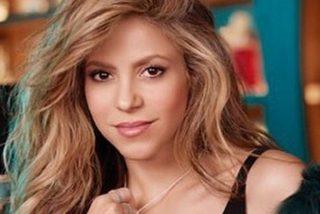Shakira se quita la ropa interior para que no se 'oxide' su minivestido metálico