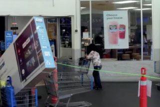 """Dos mujeres intentan robar una gigantesca tele saliendo con ella dentro del carro: """"Ha sido bastante estúpido"""""""
