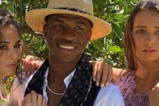 Así fueron las vacaciones de Vinicius en Ibiza: supermodelos, yate y millones de euros en un anuncio publicitario