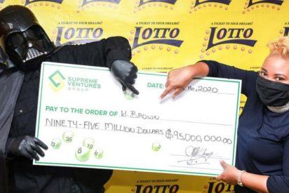Gana 95 millones en la lotería y se presenta a cobrar el premio disfrazado de Darth Vader