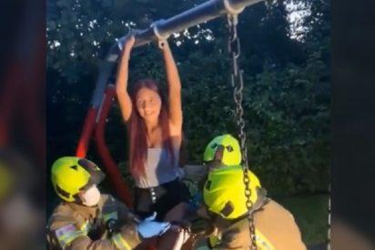 Rescatada por los bomberos una joven que quedó atrapada en un columpio al grabar un reto de Tik Tok