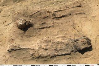 Arqueólogos hallan un tétrico cementerio: 150 niños con monedas en la boca
