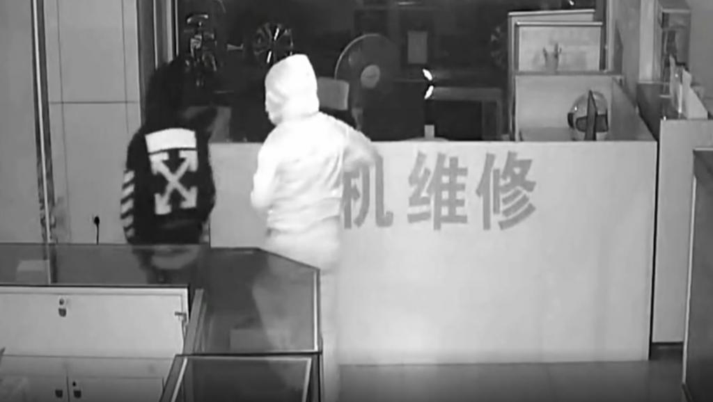 ¿Cuántas combinaciones tiene una caja fuerte? Dos mujeres roban 50 móviles para dar con el código a la primera