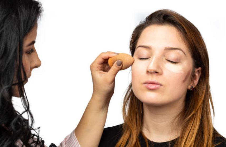 maquilladora haciendo conturing