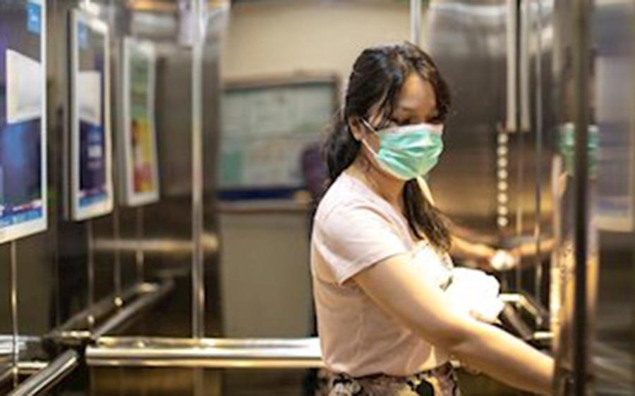 Así fue cómo un viaje en ascensor causó 71 nuevos casos de Covid-19