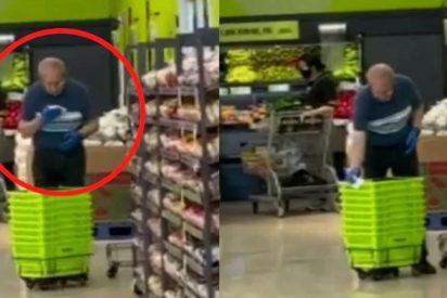 Cazado: un sucio empleado de supermercado limpia los carritos de la compra a escupitajos
