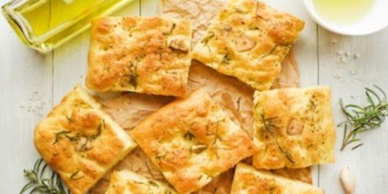Focaccia italiana con ajo y romero
