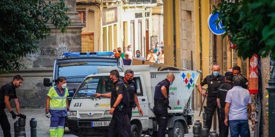 Un policía dispara contra un hombre por arrebatar el arma a su compañero junto a la Catedral de Granada