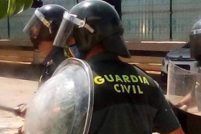La invasión migratoria se descontrola: 300 magrebíes ilegales atacan con piedras y cuchillos a nueve guardias civiles