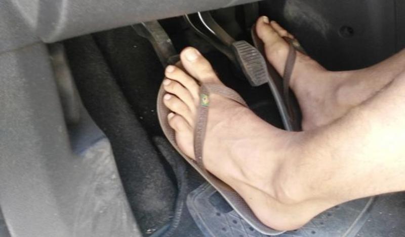 DGT: las chanclas y los otros 3 tipos de calzado que te pueden costar una multa